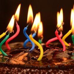 bougies sur gateau d'anniversaire