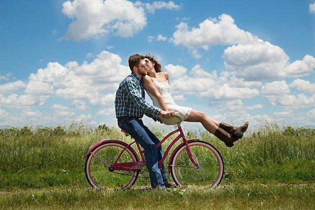 couple s'embrassant sur un vélo