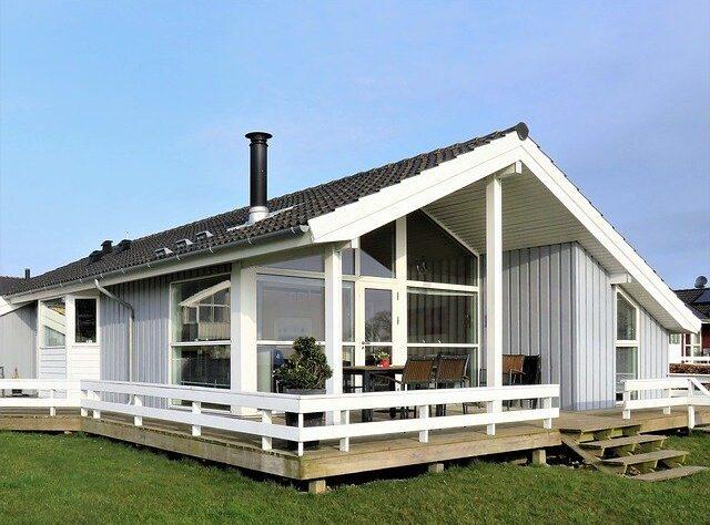 maison avec une belle terrasse en bois