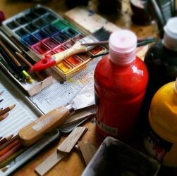des tubes de peinture